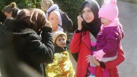 LESVOS, ГРЕЦИЯ - 5-ОЕ НОЯБРЯ 2015: Беженцы сообщают что они от Сирии, Халеба видеоматериал
