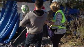 LESVOS, ГРЕЦИЯ - 5-ОЕ НОЯБРЯ 2015: Поверните одежды для заново приезжанных беженцев сток-видео