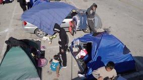 LESVOS, GRÉCIA - 5 DE NOVEMBRO DE 2015: Refugiados nas barracas no porto de Mytilene video estoque