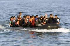 LESVOS, GRÉCIA 12 de outubro de 2015: Refugiados que chegam em Grécia no barco deslustrado de Turquia Imagens de Stock Royalty Free