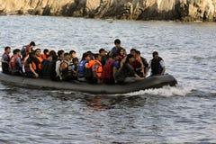 LESVOS, GRÉCIA 12 de outubro de 2015: Refugiados que chegam em Grécia no barco deslustrado de Turquia Fotos de Stock Royalty Free