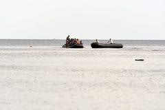 LESVOS, GRÉCIA 12 de outubro de 2015: Refugiados que chegam em Grécia no barco deslustrado de Turquia Fotografia de Stock