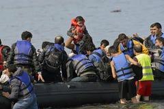 LESVOS, GRÉCIA 12 de outubro de 2015: Refugiados que chegam em Grécia no barco deslustrado de Turquia Foto de Stock Royalty Free