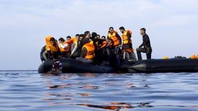 LESVOS, GRÉCIA 18 de outubro de 2015: Refugiados que chegam em Grécia no barco deslustrado de Turquia Fotografia de Stock Royalty Free