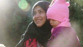 LESVOS, GRECIA - 5 DE NOVIEMBRE DE 2015: Madre siria con la sonrisa del bebé almacen de video