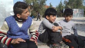 LESVOS, GRECIA - 5 DE NOVIEMBRE DE 2015: Niños sirios en el campamento de refugiados almacen de metraje de vídeo