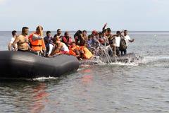 LESVOS, GRECIA 12 de octubre de 2015: Refugiados que llegan en Grecia en barco sórdido de Turquía fotos de archivo