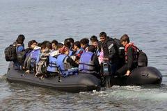 LESVOS, GRECIA 12 de octubre de 2015: Refugiados que llegan en Grecia en barco sórdido de Turquía foto de archivo libre de regalías