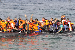 LESVOS, GRECIA 20 ottobre 2015: Rifugiati che arrivano in Grecia in barca sporca dalla Turchia fotografia stock