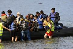 LESVOS, GRECIA 12 ottobre 2015: Rifugiati che arrivano in Grecia in barca sporca dalla Turchia fotografia stock