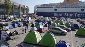 LESVOS GREKLAND - NOVEMBER 5, 2015: Flyktingar i tält i port av Mytilene stock video