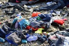 LESVOS GREKLAND OKTOBER 24, 2015: Lifejackets rubber cirklar som stycken av de rubber dinghysna kasserade på en strand nära Molyv Arkivfoton