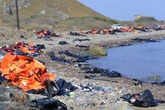 LESVOS GREKLAND OKTOBER 24, 2015: Lifejackets rubber cirklar som stycken av de rubber dinghysna kasserade på en strand nära Molyv Arkivbild