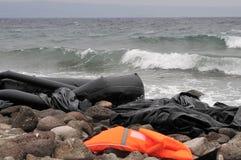 LESVOS GREKLAND OKTOBER 24, 2015: Lifejackets rubber cirklar som stycken av de rubber dinghysna kasserade på en strand nära Molyv Fotografering för Bildbyråer