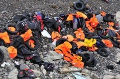 LESVOS GREKLAND OKTOBER 24, 2015: Lifejackets rubber cirklar som stycken av de rubber dinghysna kasserade på en strand nära Molyv Royaltyfri Fotografi