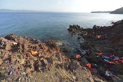 LESVOS GREKLAND OKTOBER 12, 2015: Lifejackets rubber cirklar som stycken av de rubber dinghysna kasserade på en strand nära Molyv Royaltyfri Fotografi