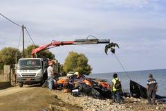 LESVOS GREKLAND OKTOBER 07, 2015: Lifejackets rubber cirklar som stycken av de rubber dinghysna kasserade på en strand nära Molyv Fotografering för Bildbyråer