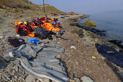 LESVOS GREKLAND OKTOBER 24, 2015: Lifejackets rubber cirklar som stycken av de rubber dinghysna kasserade på en strand nära Molyv Arkivfoto
