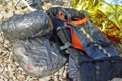 LESVOS GREKLAND OKTOBER 20, 2015: tillhörigheter som rappas i plast- från flyktingarna Arkivbild