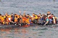 LESVOS, GRIECHENLAND am 20. Oktober 2015: Flüchtlinge, die in Griechenland im schmuddeligen Boot von der Türkei ankommen Stockfotografie