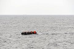 LESVOS, GRIECHENLAND am 8. Oktober 2015: Flüchtlinge, die in Griechenland im schmuddeligen Boot von der Türkei ankommen Lizenzfreie Stockfotografie