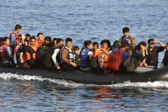LESVOS, GRIECHENLAND am 12. Oktober 2015: Flüchtlinge, die in Griechenland im schmuddeligen Boot von der Türkei ankommen Stockfotografie