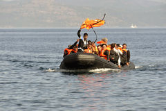 LESVOS, GRIECHENLAND am 12. Oktober 2015: Flüchtlinge, die in Griechenland im schmuddeligen Boot von der Türkei ankommen Stockbilder