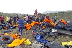 LESVOS, GRIECHENLAND am 12. Oktober 2015: Flüchtlinge, die in Griechenland im schmuddeligen Boot von der Türkei ankommen Stockfotos