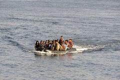 LESVOS, GRIEKENLAND 12 oktober, 2015: Vluchtelingen die in Griekenland in smerige boot van Turkije aankomen royalty-vrije stock foto's