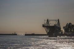 Letónia Liepaja ponte da interrupção no por do sol imagens de stock royalty free