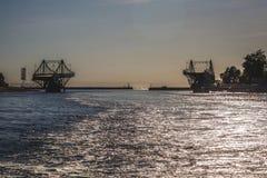 Letónia Liepaja ponte da interrupção no por do sol fotografia de stock