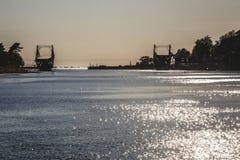 Letónia Liepaja ponte da interrupção no por do sol imagens de stock