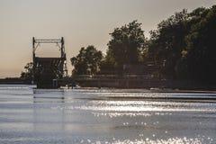 Letónia Liepaja ponte da interrupção no por do sol imagem de stock royalty free