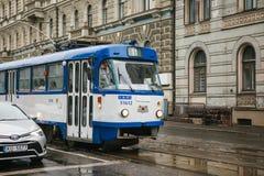 Letónia, Riga, o 4 de outubro de 2017: Transporte público do bonde na rua Dia a dia na cidade Vida quotidiana em Europa imagem de stock royalty free