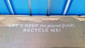Let& x27 το s κρατά τον πλανήτη φρέσκο με ανακυκλώνει που διατυπώνω σε έναν συμπιεστή αποβλήτων στοκ φωτογραφίες με δικαίωμα ελεύθερης χρήσης