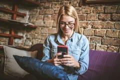 Let видит что ново на социальной сети использование телефона франтовское стоковые фото