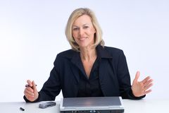 Let me tell you... Business woman explaining something with the laptop in front of her Royalty Free Stock Photos