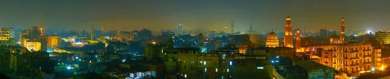 Let op de avond Islamitisch Kaïro van het dak, de dekking van de de wintermist de woonbuurten en de minaretten van oud stock afbeelding