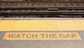 Let op het hiaat bij een spoorwegstatatiion Stock Foto