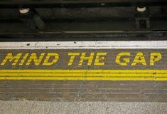 Let op het Hiaat in Londen Stock Fotografie