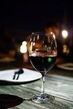 Let& x27; s-drinkrött vin royaltyfri fotografi