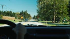 Letchwort, NY, США, октябрь 2017: Водитель управляет автомобилем над типичным американским пригородом, управляет до железная доро видеоматериал