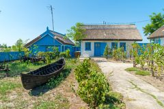 Letea, перепад Дуная, Румыния, август 2017: Традиционный дом внутри стоковые изображения rf