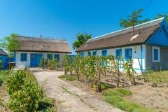 Letea, перепад Дуная, Румыния, август 2017: Традиционный дом внутри стоковое фото