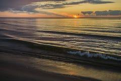 letland De zomer De Golf van Riga Zonsondergang vóór het onweer Royalty-vrije Stock Foto's