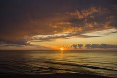 letland De zomer De Golf van Riga Zonsondergang vóór het onweer Royalty-vrije Stock Foto