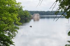 letland Oude rivier en groene bomen Ruïnes en bezinning Stock Fotografie
