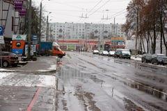 Letland, Riga - December 1 2017: Natte sneeuw in de stad, het verkeer en de mensen op de gladde straten Royalty-vrije Stock Fotografie