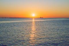 Letland, Riga, Oostzee, zonsondergang, mol en golf 2017 Stock Fotografie