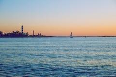 Letland, Riga, Oostzee, zonsondergang, mol en golf 2017 Royalty-vrije Stock Foto